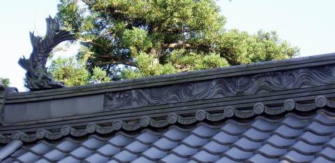 山門屋根瓦、龍と波に千鳥の彫刻