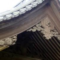 山門屋根瓦の下の彫刻